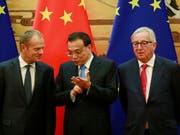 EU-Ratspräsident Donald Tusk (l) und Kommissionspräsident Jean-Claude Juncker mit Chinas Premier Li Keqiang in Peking. Beide Seiten wollen das freie Handelssystem aufrechterhalten. (Bild: KEYSTONE/EPA/HOW HWEE YOUNG)