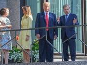 Der finnischen Präsident Sauli Niinistö hat Trump und First Lady Melania an seinem Wohnsitz begrüsst. (Bild: KEYSTONE/EPA COMPIC/KIMMO BRANDT)