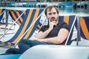 Der gelernte Mime Jan Rutishauser sitzt auf einem Pedaloboot. (Bild: Andrea Stalder)