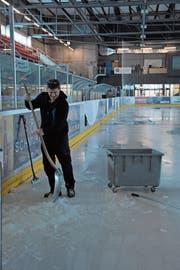 Eismeister und Anlagewart Erwin Mettler schaufelt noch das letzte Eis vom Feld. (Bild: Miranda Diggelmann)