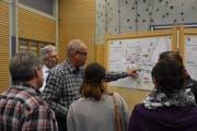 Elmar Steiger von der Firma Firma Steiger + Partner ag erläutert interessierten Bürgern an einer Informationsveranstaltung in Mosnang wie Bachöffnungen funktionierten. (Bild: Timon Kobelt)