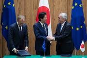 EU-Ratspräsident Donald Tusk (links), der japanische Ministerpräsident Shinzo Abe (Mitte) und Kommissionschef Jean-Claude Juncker bei der Vertragsunterzeichnung gestern in Tokio.Bild: Martin Bureau/EPA (Tokio, 17. Juli 2018)