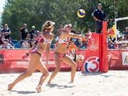 Nina Betschart (links) und Tanja Hüberli starten erfolgreich in die EM (Bild: KEYSTONE/APA/APA/GEORG HOCHMUTH)