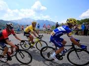 Greg van Avermaet (in gelb) verteidigt in der ersten Bergetappe das Leadertrikot. Der Tagessieg geht an den Franzosen Julian Alaphilippe (in blau) (Bild: KEYSTONE/AP/PETER DEJONG)