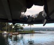 Das Tourboot wurde von Lava und Gestein beschädigt. (Hawaii Department of Land and Natural Resources via AP)