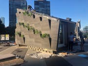 Das sogenannte «Ecological Living Module» wurde vor dem Hauptsitz der UNO in New York aufgebaut. Es bietet Platz für eine vierköpfige Familie. (Bild: Yale University)