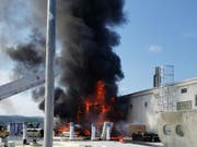 Der Brand auf dem Dach eines grossen Bürogebäudes in Aarau hat zu einem Grosseinsatz der Feuerwehren geführt. Ein Arbeiter erlitt leichte Verletzungen.