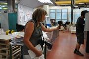 Multimediales Handwerk der Journalistin: Karin Erni erstellt mit dem Handy samt Mikrofon einen Film für online, schiesst mit der Kamera Fotos für die Zeitung und hält auf dem Block Denkwürdiges für den Artikel fest. (Bild: EG)