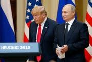 Der russische Präsident Vladimir Putin (rechts) und US-Präsident Donald J. Trump an einer Medienkonferenz in Helsinki. (Bild: Anatoly Maltsev/EPA, 16. Juli 2018)