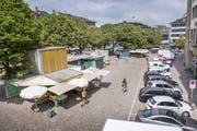 Der ständige Markt auf dem St.Galler Marktplatz ist heute verzettelt. Die Parkplätze rechts sollen bis Herbst verschwinden und die Markthäuschen wieder näher zusammenrücken. (Bild: Urs Bucher)