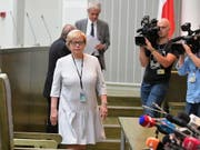 Die höchste Richterin Polens, Malgorzata Gersdorf, ist am Dienstag erneut zu ihrer Arbeit gekommen und trotzt damit den politischen Entwicklungen in ihrem Land. (Bild: KEYSTONE/EPA PAP/MARCIN OBARA)