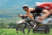 Auf dem Rheindamm spulen die Teilnehmer ihre Kilometer auf dem Rennrad ab. (Bild: Katrin Meier)