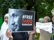 Dutzende Menschen demonstrieren in Genf ihre Unterstützung für den Islamwissenschaftler Tariq Ramadan. (Bild: Keystone/SALVATORE DI NOLFI)