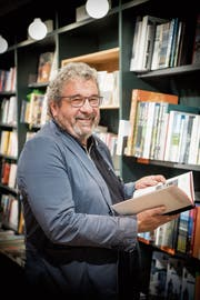 «Was soll ich lesen?»: Jörg Caluori, ehemaliger Filialleiter im Rösslitor. (Bild: Ralph Ribi)