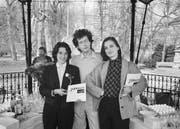 Jacqueline Burckhardt, Walter Keller und Bice Curiger (von links) stellen im April 1984 im Gartenpavillon der Platzspitzanlage in Zürich ihre neue Kunstzeitschrift «Parkett» vor. (Bild: KEYSTONE/Niklaus Stauss)