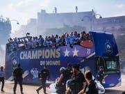 Frankreich feiert die Ankunft seiner Fussballnationalmannschaft in Paris. (Bild: KEYSTONE/EPA/CHRISTOPHE PETIT TESSON)