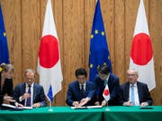 Der japanische Premierminister Shinzo Abe (Mitte) hat am Dienstag das Freihandelsabkommen mit der EU unterzeichnet. Für die EU sind EU-Ratspräsident Donald Tusk (links) und EU-Kommissionspräsident Jean-Claude Juncker (rechts) nach Tokio gereist. (Bild: KEYSTONE/AP Pool AFP/MARTIN BUREAU)