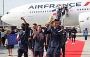 Zurück auf französischem Boden: Torhüter Hugo Lloris präsentierte am Flughafen Charles de Gaulle in Paris den WM-Pokal. (Bild: Bob Edme/AP)