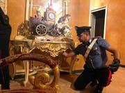 Ein italienischer Carabiniere bei der gestrigen Razzia in Rom.Bild: EPA