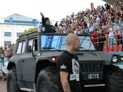 Diego Maradona zieht auch in Weissrussland die Blicke mit einem konfusen Auftritt auf sich (Bild: KEYSTONE/EPA/TATYANA ZENKOVICH)