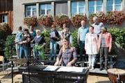 Anlässlich von «Kirchberg bewegt 2017» fand am 3. September auf dem Dorfplatz ein «offenes Singen» statt. Mit dabei der Chor Sing mit Dietschwil, der sich mittlerweile in VoceSonante umgetauft hat. Vorne am Piano Dirigentin Jacqueline Gemperli. (Bild: Beat Lanzendorfer)