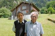 Alois und Hans Gisler (rechts) vor dem «Haus In der Weid» (heute Oberwiler), dem ehemaligen Atelierhaus der Künstlerfamilie Gubler und ab 1928 das Wohnhaus der Familie Gisler. (Bild: Christof Hirtler, Bürglen, 15. Juli 2018)
