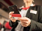 Das GA oder ein Abonnement eines Verkehrsverbundes können neu als Karte oder über über die Smartphone-App von SBB und BLS vorgewiesen werden. (Bild: KEYSTONE/CHRISTIAN BEUTLER)