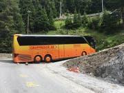Weil er die Warnschilder missachtete, blieb ein Carfahrer in Graubünden stecken. (Bild: Kapo GB)