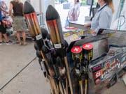 Im Wallis darf derzeit kein Feuerwerk abgefeuert werden. Die Verkäufer von Feuerwerkskörpern sind verpflichtet, die Kunden beim Kauf über das Verbot zu informieren. (Bild: Keystone/LUKAS LEHMANN)