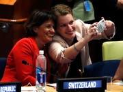 Bundesrätin Doris Leuthard (links) und Sophie Neuhaus, Vertreterin der Jugendverbände der Schweiz, machen bei ihrem Auftritt in New York ein Selfie. (Bild: KEYSTONE/EPA/JASON SZENES)