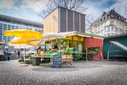 Der Klipp-Klapp-Marktstand ist ein Überbleibsel eines früheren Versuchs, den ständigen Markt in St.Gallen attraktiver zu gestalten. Er blieb ein Prototyp, weil die Opposition dagegen aus der Bevölkerung zu gross war. (Bild: Urs Bucher)