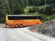Weder nach vorne noch zurück: Während fünf Stunden blockierte der schwedische Car die Strasse über den Albulapass. (Bild: Kapo GR)