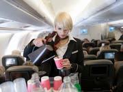 Wer im Flugzeug essen oder trinken will, muss immer häufiger extra bezahlen. (Bild: KEYSTONE/CHRISTIAN BEUTLER)