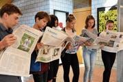 Die Szene in der Herisauer Sekundarschule ist gestellt; manche der Jugendlichen lesen aber tatsächlich Zeitung. (Bild: PF)
