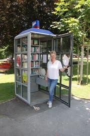 Heidi Müller, Leiterin der Öffentlichen Bibliothek Einsiedeln, vor dem neuen Angebot im Paracelsuspark. (Bild: PD)