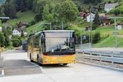 Ein Bus nach Herisau in der Wendeschleife am Bahnhof Brunnadern-Neckertal: Die Linie Brunnadern-St.Peterzell-Herisau liegt bei der Kostendeckung im grünen Bereich. (Bild: Martin Knoepfel)
