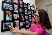 Eine Fotowand mit Erinnerungen an Auftritte als Miss Handicap. (Bild: Pascal Muller/freshfocus)