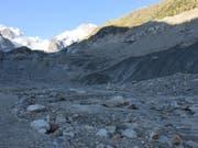 Am Fusse des Morteratschgletschers wurde der Knabe von einem Stein am Kopf getroffen. (Bild: Kapo GR)
