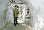Der Eingang zur unterirdischen Bunkeranlage bei Gstaad, in der die P-26 Ausbildungen durchführte. (Bild: Keystone)