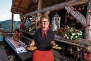 Ruth Breitenmoser aus Mosnang, Siegerin 2014 der Fernsehsendung «Landfrauenküche» vom Schweizer Fernsehen, verköstigt die Besucher des Gottesdienstes und der Freilichtspiele. (Bild: PD)