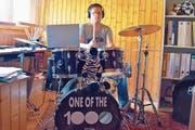 «Einer der 1000», steht auf Flavio Strässles Schlagzeug. Er musste, nachdem er in die Band aufgenommen wurde, innerhalb von vier Monaten viel lernen. (Bild: Remo Zollinger)