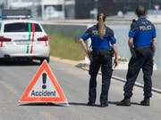Die Neuenburger Kantonspolizei sperrte die Strasse, auf der der Unfall passierte, für mehr als sieben Stunden. (Bild: KEYSTONE/SANDRO CAMPARDO)