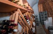 Das Weinlager der Bürgergemeinde: Hinten rechts wartet in den grauen Harassen der Bechteliswein 2019. (Bild: Andrea Stalder)