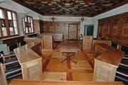 Blick in den Gerichtssaal im Schwyzer Rathaus vom Richterstuhl aus gesehen. Am Tischchen in der Mitte muss jeweils der Beschuldigte Platz nehmen, wo er vom Richtergremium befragt wird. (Archivbild Bote der Urschweiz)