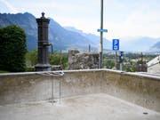 Trocken gelegter Brunnen im bündnerischen Malans. Das Dorf hat angesichts der anhaltenden Trockenheit mehrere Brunnen abgestellt, um Wasser zu sparen. (Bild: KEYSTONE/GIAN EHRENZELLER)