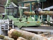 Rund 50 Prozent der Erntemenge wird in der Schweiz als Stammholz in die Sägereien geliefert und zu Bauholz oder Möbeln verarbeitet. (Bild: Keystone/LAURENT GILLIERON)