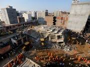 Beim Einsturz von zwei Häusern in Neu Delhi sind mindestens drei Menschen ums Leben gekommen. (Bild: KEYSTONE/AP/ALTAF QADRI)