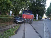 Eine Rangierlokomotive rammte am Mittwoch in Zug ein Auto. Verletzt wurde niemand, es entstand jedoch Sachschaden von einigen Tausend Franken. (Bild: Zuger Strafverfolgungsbehörden)