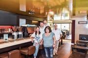 Führen das «Casa Segreto»: Simonetta und Adriano Cristiano sowie Thomas Binder. Unterstützung erhalten sie von den Eltern des Wirtepaars, Teresa Cristiano und Toni Segreto. (Bild: Roman Scherrer)