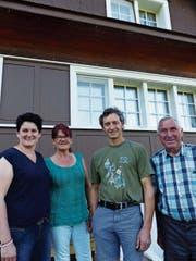 Die engagierten Krinauer Rita Grob, Verena Bollhalder, Matthias Wickli und Hansueli Ammann (von links) treffen sich vor dem Schulhaus, in dem Ueli Bräker zur Schule ging. (Bild: Kathrin Burri)
